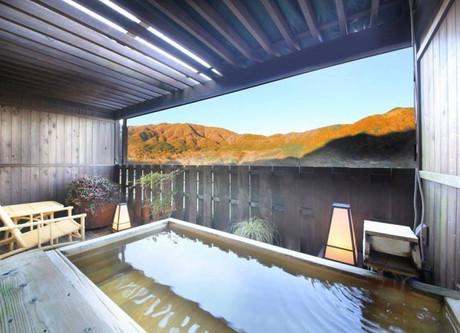 Gora-Tensui-Rotemburo-with-view-768x508.jpeg