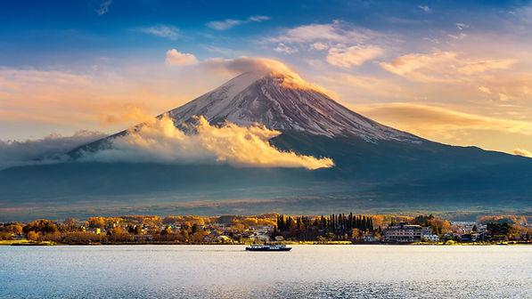 fuji-mountain-kawaguchiko-lake-sunset-autumn-seasons-fuji-mountain-yamanachi-japan.jpg