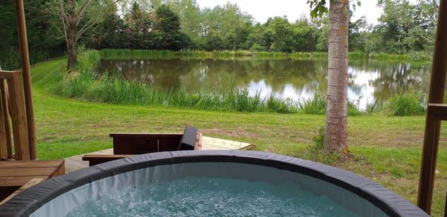 jacuzzi aubord de l'étang.jpg