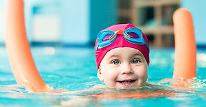 child-swimming-with-water-noodle_ban_edi