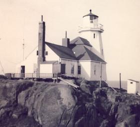 Le premier phare de l'Île-aux-Oeufs construit en 1871. La maison-phare et la tour du phare en bois.