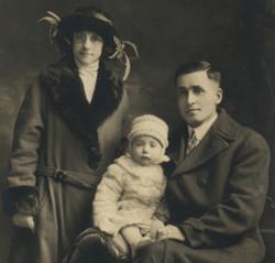 Capitaine Albini Chouinard avec son épouse Émilia Paquet en 1923. Avec leur fils aîné Robert-Patrick