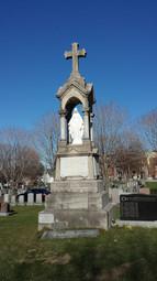 Monument funéraire, cimetière Saint-Charles, avec la plaque de Mary Wilson