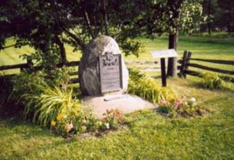 Monument marquant la terre de l'ancêtre Jacques Chouinard et de Louise Jean, devant la maison ancestrale à Saint-Jean-Port-Joli.