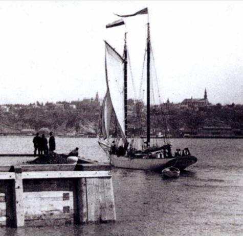 La goélette-pilote, La Vigie, au quai de Québec en 1901.