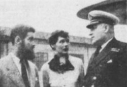 Le capitaine Albini Chouinard, commandant à bord du C.D. Howe, en compagnie des artistes M. et Mme J
