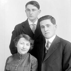 Julie-Anna (1899), Émile (1903) et Albini Chouinard (1895).