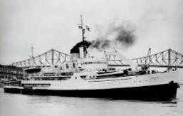 Le GCC Brise-glace C.D. Howe dans le port de Montréal