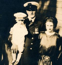 Le capitaine Albini Chouinard et son épouse Émilia Paquet en 1924. Avec leur fils aîné Robert-Patric