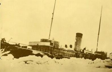 Le brise-glace Montcalm à l'oeuvre dans les glaces.