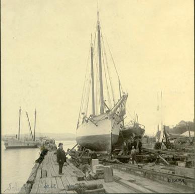 Le capitaine Joseph-Elzéar Bernier examine la goélette-pilote, La Vigie, en cale sèche à Lévis  en 1905. Archives Ville de Lévis.
