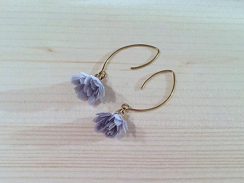 Boucles d'oreilles fleur grise