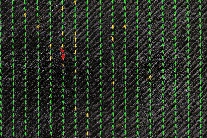 Gerissener Heftfaden bei Carbon Faser prepreg. Automatisch gefunden von der Bilderkennungs- Software des Digitalen Mikroskops von Fa. Robomat