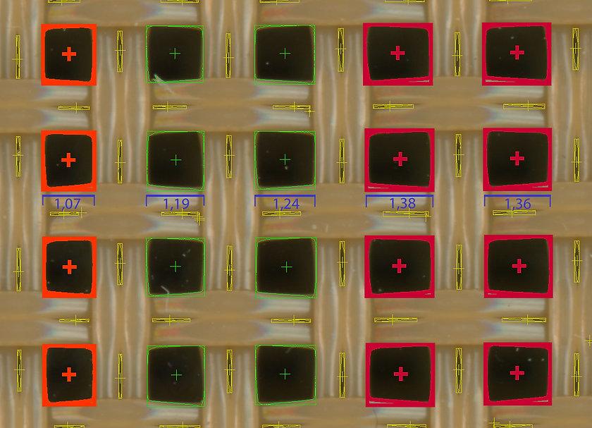 Zoom auf Siebgewebe mit von der Bilderkennung markierten offenen Flächen mit Maßlinien. Die Größenklassen sind unterschiedlich eingefärbt. Anwendung Flächen Mikroskop von Robomat.eu
