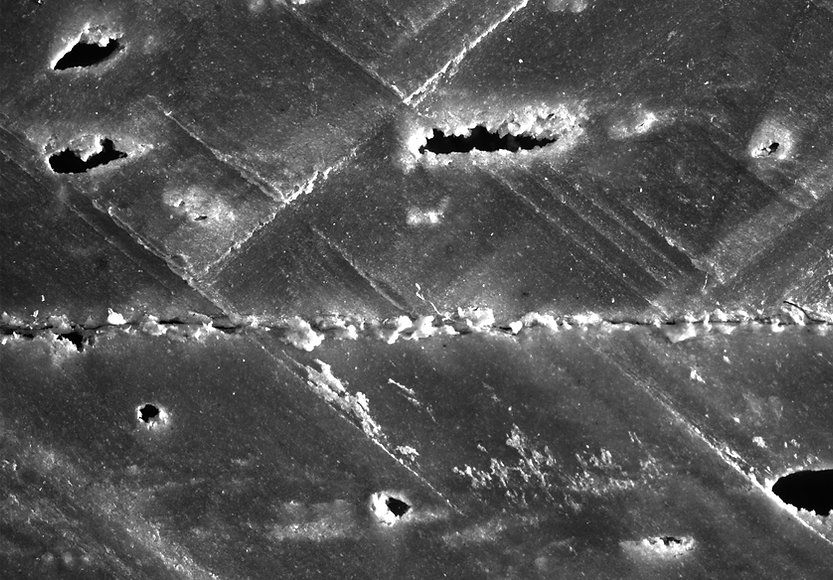 Das mit dem Flächen Mikroskop erstellte Rohbild zeigt den Querschnitt von einem Kunststoffpaneel mit Blasen. Anwendung Flächenmikroskop Roboskop von Fa. Robomat