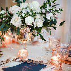 I spy some beautiful details (hello #shopnarwall place settings!) 😍 Rose gold makes everything feel