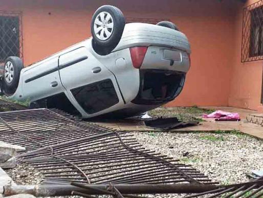 Carro derruba cerca e capota no centro de Pomerode