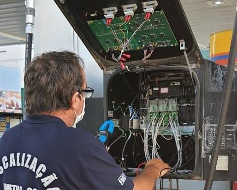 Imetro-SC detecta fraudes e interdita bombas de combustível em Pomerode