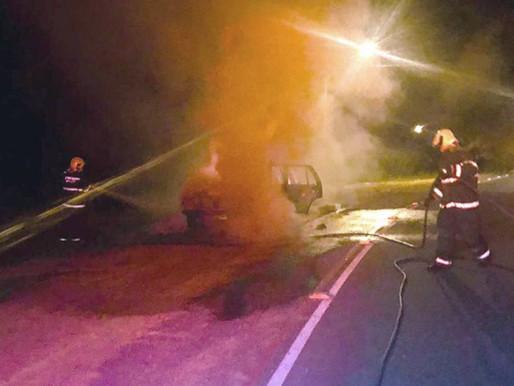 Veículo pega fogo em Rio dos Cedros após sofrer pane elétrica