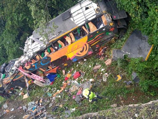 Ônibus com 54 passageiros despenca em ribanceira na BR-376, na divisa entre PR e SC