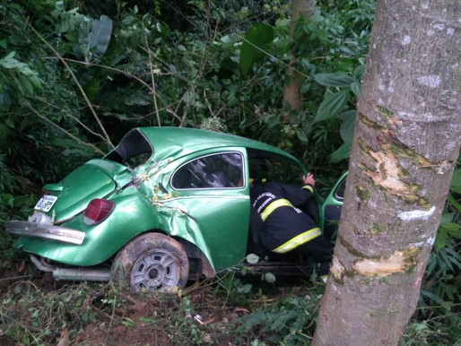 Jovem cai em área de mata após perder o controle do carro