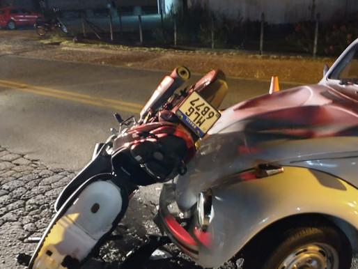Fusca e moto se envolvem em acidente no Testo Rega