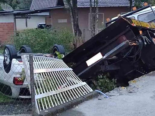 Caminhão Guincho derruba cerca e invade pátio de residência