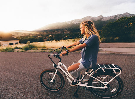 Fille de faire du vélo