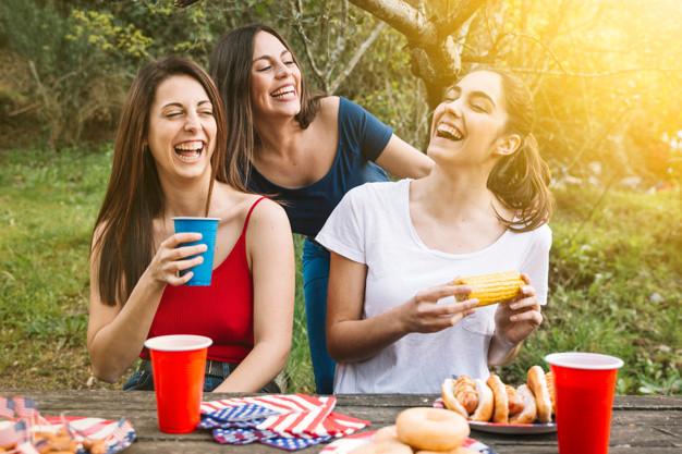 mulheres comendo felizes