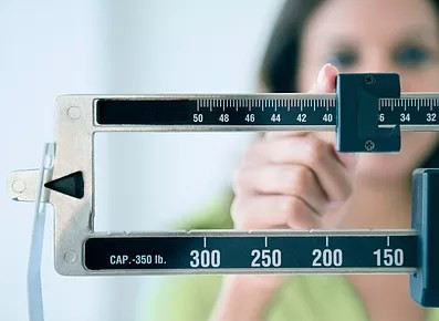 a balança e o peso do peso; emagrecer