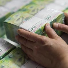 Загрузка пакетов банкнот в транспортный ящик