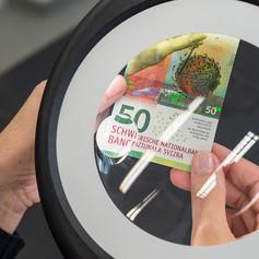 Контроль свежеотпечатанной банкноты достоинством 50 франков