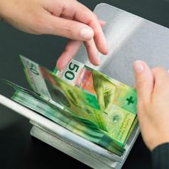Визуальный осмотр свежеотпечатанных банкнот номиналом 50 франков