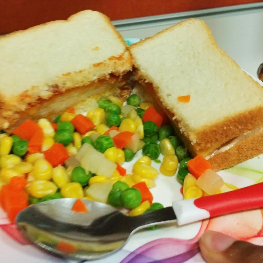 Fish patty sandwich & vegetables