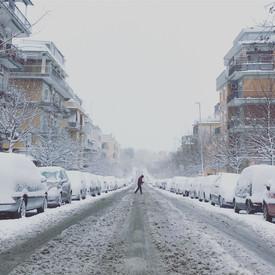 Più silenzioso di un giovane mattino d'inverno è un giovane mattino d'inverno e di neve. Taci Roma.