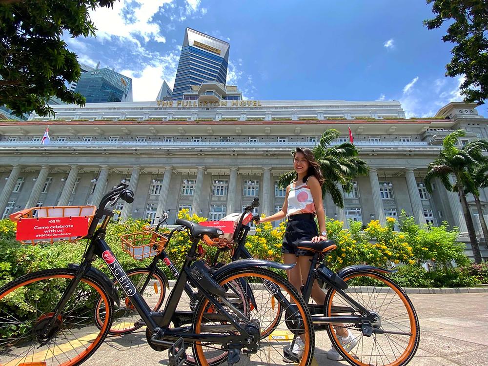 Girl standing next to an SG Bike at Fullerton Hotel