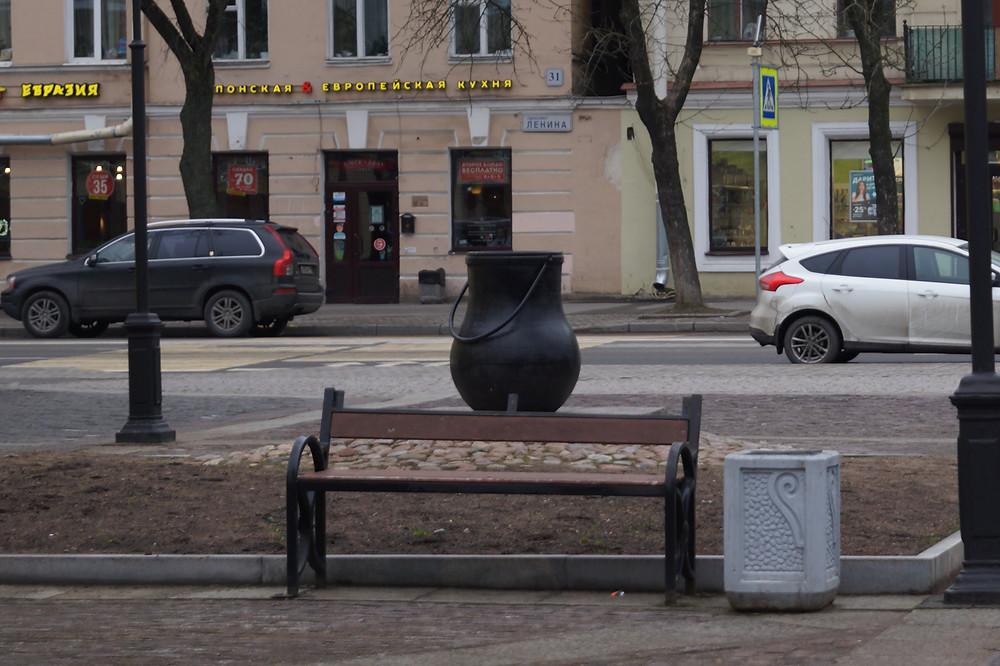 Это памятник тому самому котлу со шведского стола