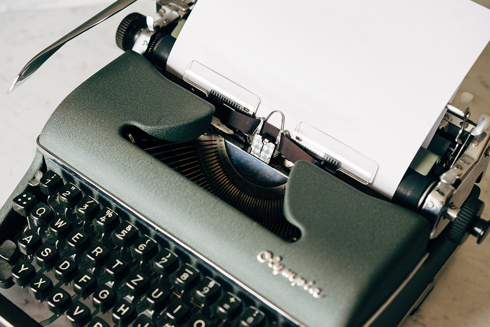 black-and-white-typewriter-on-table-4065