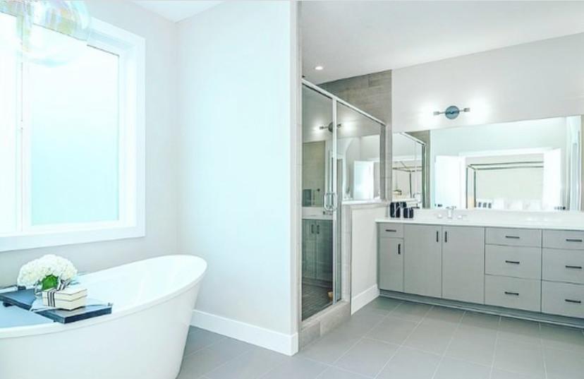 Modern Master Bathoom | Pinnacle Interior Designs