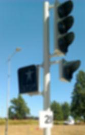 Poteau et signaux lumineux de trafic d'une carrefour à feux