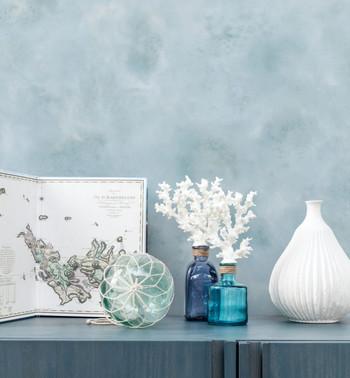 Decor Maison коллекция Maison Celine Дизайны в «морской» коллекции обоев Maison Celine объединяют холодные воды Швеции, утонченную Французскую Ривьеру и живописные серферские мотивы Карибских островов. Винтажные принты, запечатлевшие иллюстрации художников 20 века на морскую тему, замечательно сочетаются с геометрией. Традиционной полосе, символизирующей парус, пару составляет дизайнерская полоса от Decor Maison, которая очертаниями напоминает веточки кораллов. Яркие акценты коллекции – пляжные растительные мотивы с пальмами и водорослями и принты в стиле Туаль де Жуи, изображающие морскую бухту, облюбованную частными яхтами. Завершающий штрих к атмосфере пляжного отдыха создают фоновые дизайны-компаньоны, исполненные в великолепных морских и песочных оттенках.