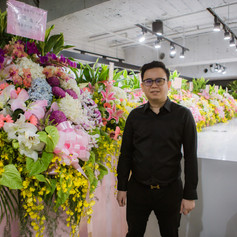 Master Trainer Andy with Flower Stands from Students in his Masterclass Andy老師和學生祝賀的花籃