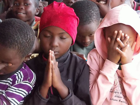 Kids praying.JPG