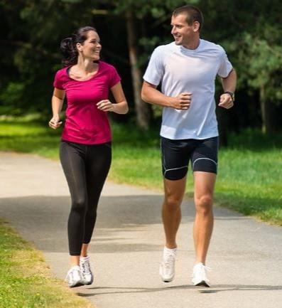 Бег трусцой в парке для укрепления общего состояния здоровья