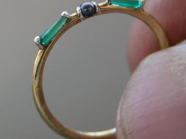 טבעת זהב 18 קרט עם אמירלד ופנינה שחורה