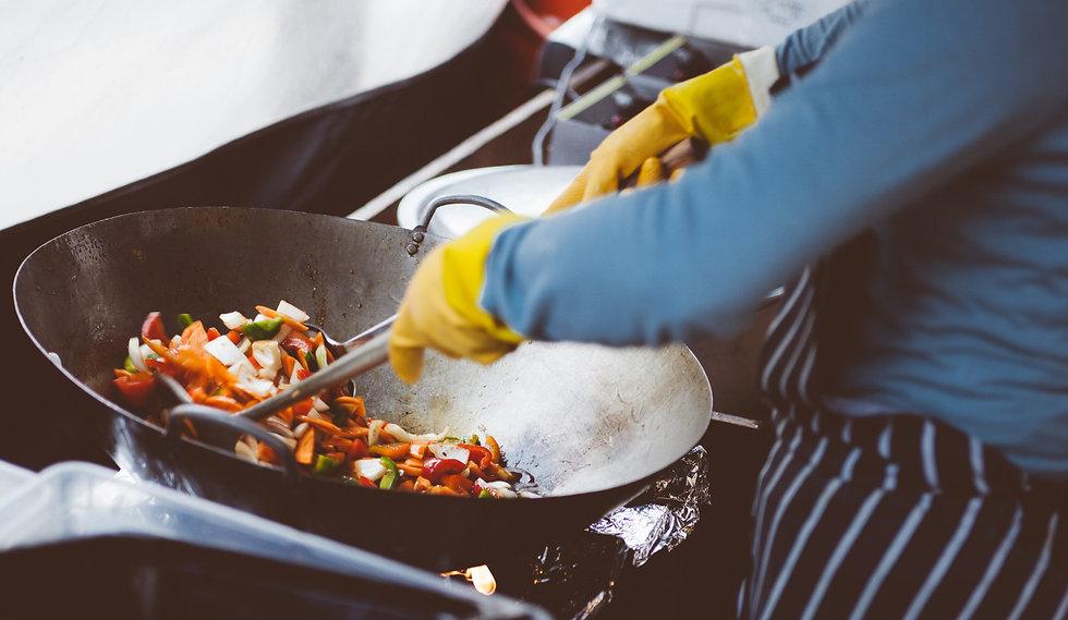 professionelles Zubereiten von Gemüse in einem Wok