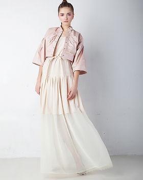 Model in rosa Jacke