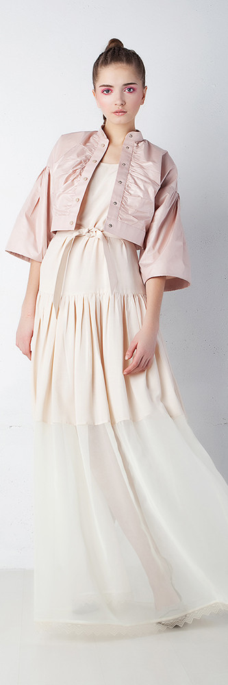 ピンクのジャケットのファッションモデル