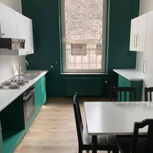 Rénovation complète d'une cuisine de Kot (Tapissage des murs, mise en peintures des murs et plafonds, mise en peinture des meuble,etc.../ Après)