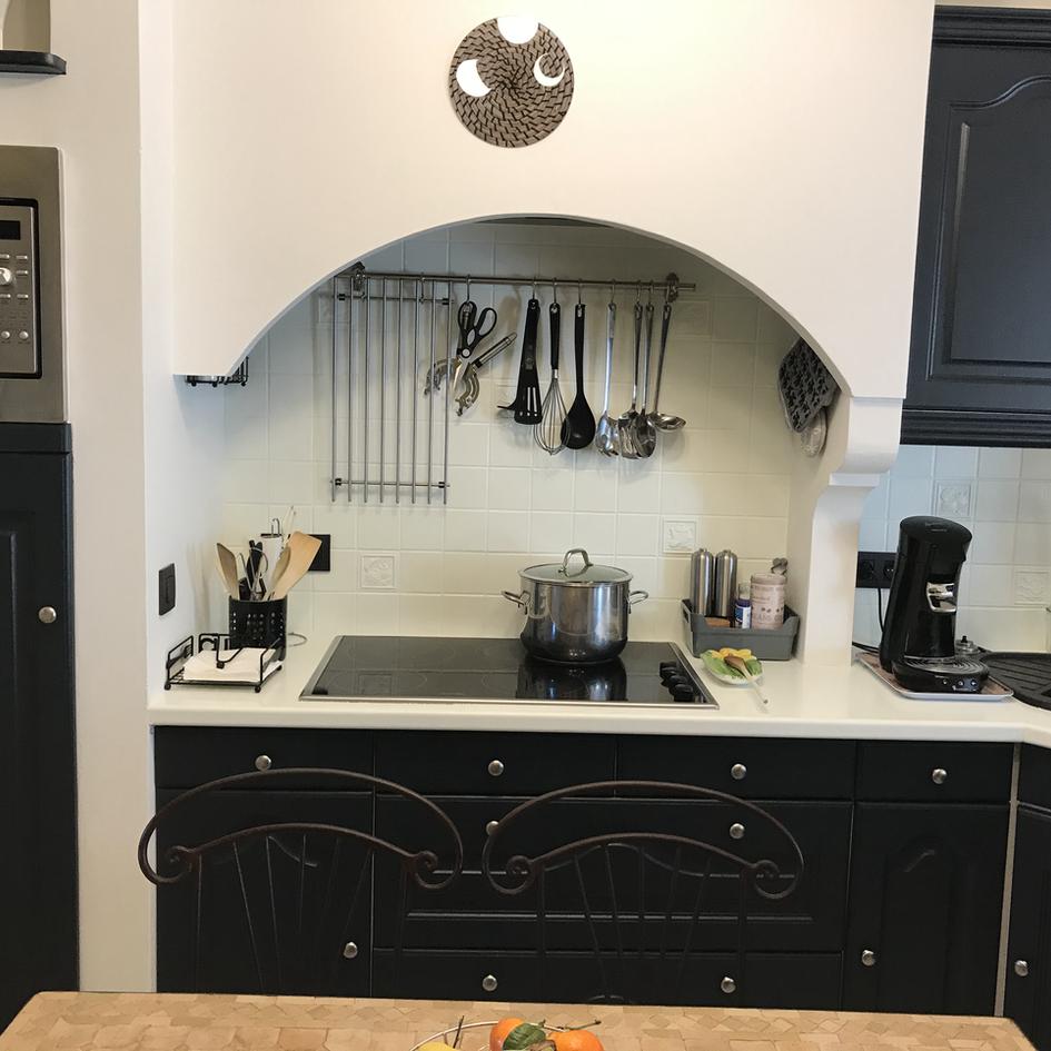 Rénovation complète d'une cuisine : Enduisage ancien crépis, Mise en peinture des meubles, du plan de travail et de la crédence/ Tapissage voile de rénovation au mur et mise en peinture murs et plafonds